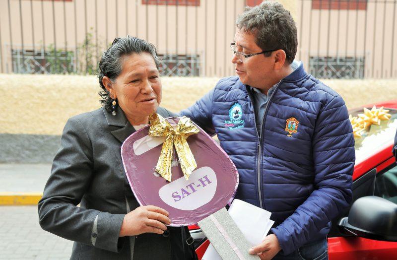 Alcalde de Huamanga entregó auto 0km a contribuyente puntual
