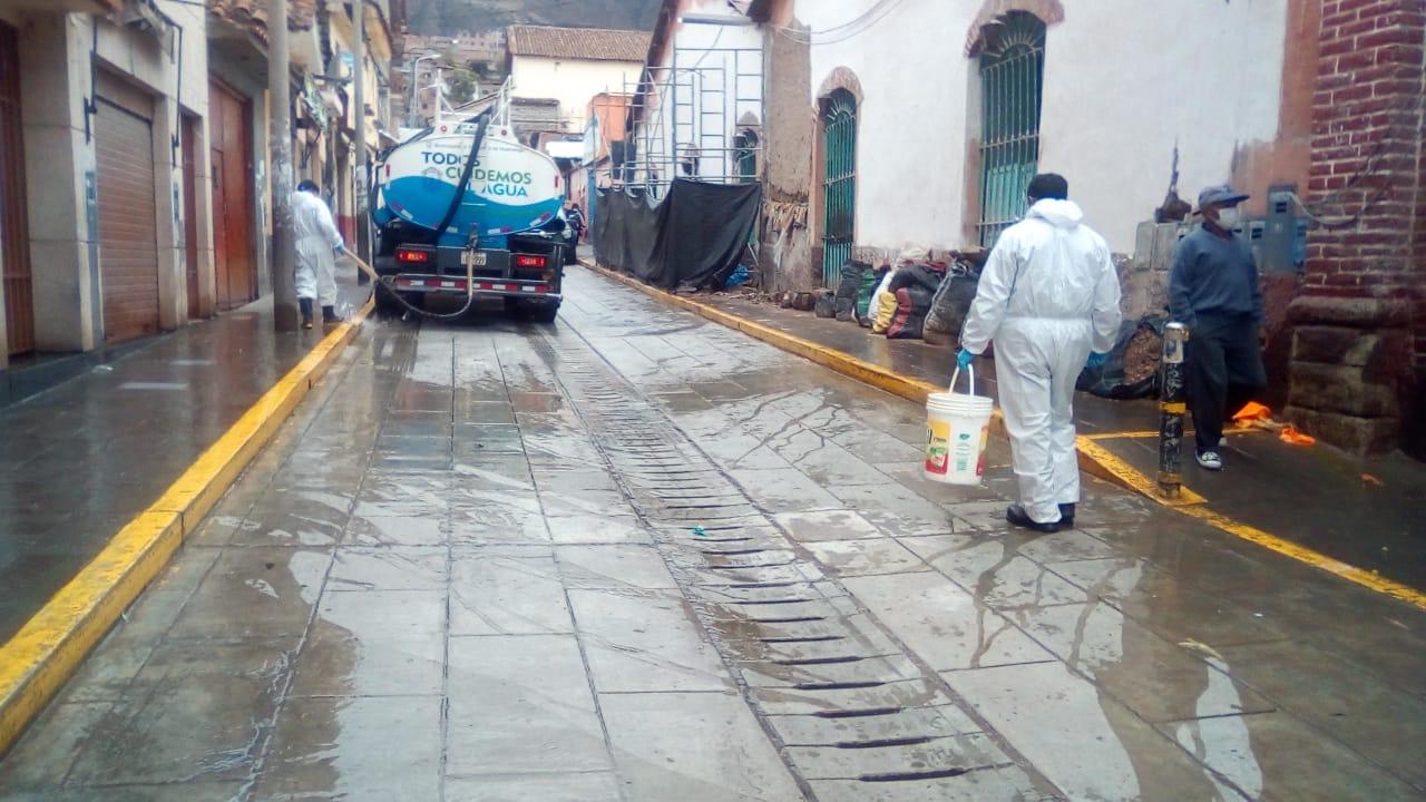 Continúan labores de desinfección y fumigación en mercados