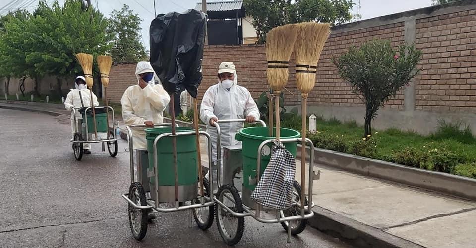 Personal de limpieza protegido con indumentaria especial