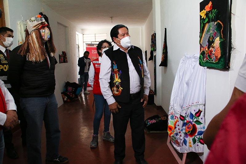 Ministro de Cultura entrega apoyo económico al sector cultural